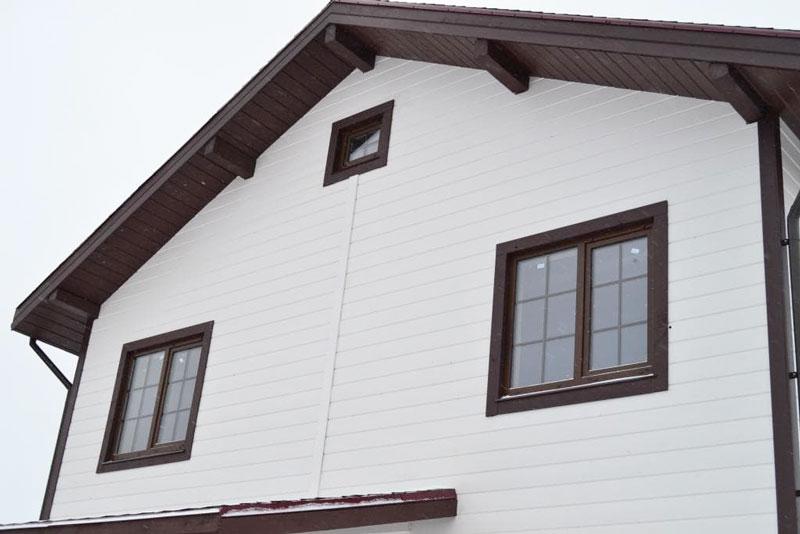 Отделка фасада дома имитатором бруса