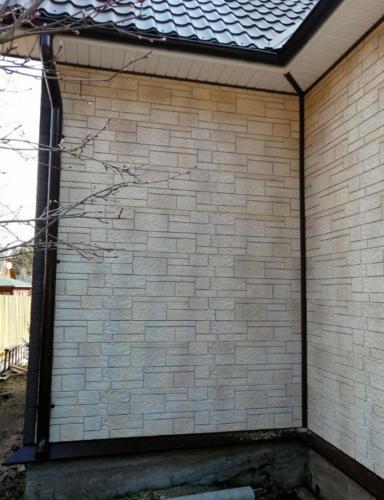 Внешняя отделка дома искусственным камнем.