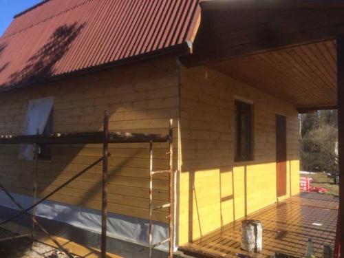 9 - Внешняя отделка имитатором бревна, утепление фасада, отделка цоколя и оконных рам